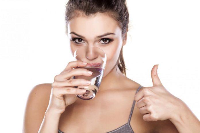bere acqua essenziale