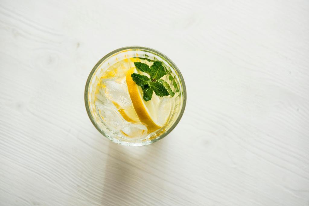 servi acqua potabile al limone per perdere peso